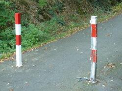 Bild der Absperrpfosten am Radweg, einer defekt