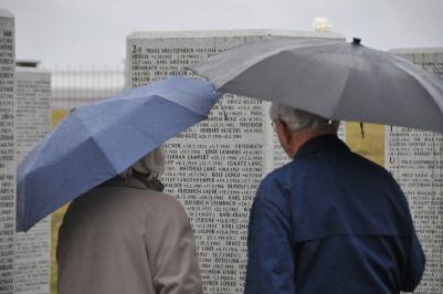 Bild zweier Angehöriger auf dem Soldatenfriedhof in Kursk