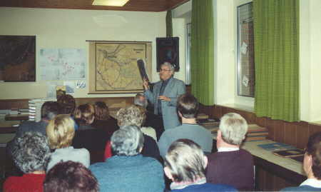 Bild Karl Willi Hebel bei der Vorstellung der Chronik im Dezember 2000