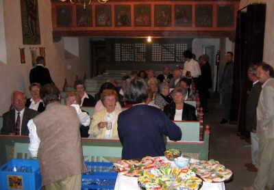 Bild der Gottesdienstbesucher beim anschließenden Essen