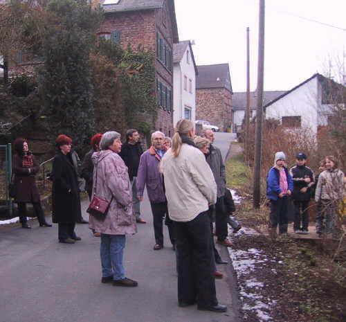 Bild vom Ortsrundgang bei der ersten Schule in Reichenberg