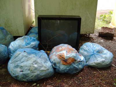 Bild der Müllablagerung hinter dem Kleidercontainer
