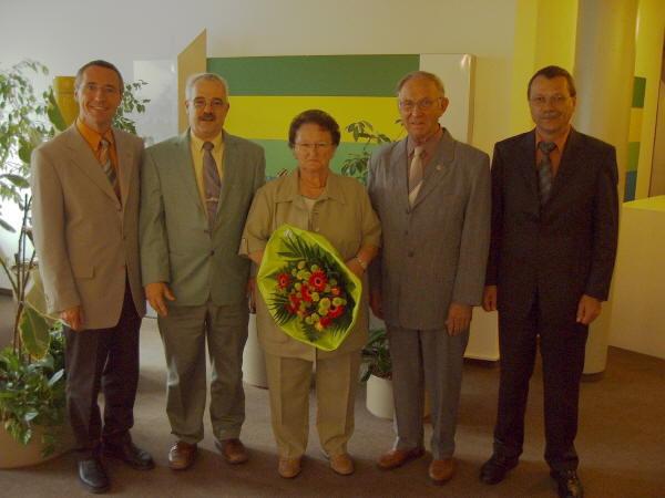 Bild im Kreishaus: (v.l.n.r.) Landrat Günter Kern, Ortsbürgermeister Karl Heinz Goerke, Ruth und Clemens Lindenblatt, Verbandsgemeindebürgermeister Dieter Clasen