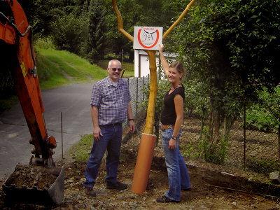 Bild von Ortsbürgermeister Goerke und Kim Müller beim Festlegen des Standortes für ein Hinweisschild