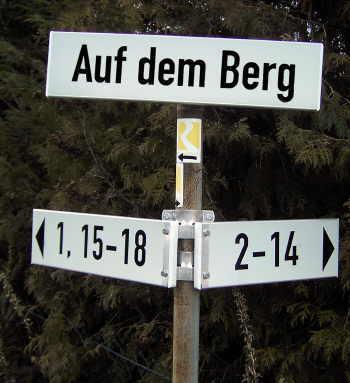 Straßenschild Auf dem Berg mit zusätzlichen Nummern