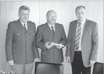 Gemeinsam verabschiedeten Dienststellenleiter Edgar Friesenhahn (links) und Raimund Friesenhahn (rechts), Bürgermeister der Verbandsgemeinde Nastätten, nun Rudi Voss.