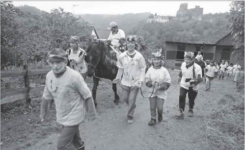 Bild der Kindergruppe der Lebenshilfe auf dem Weg zum Reitplatz