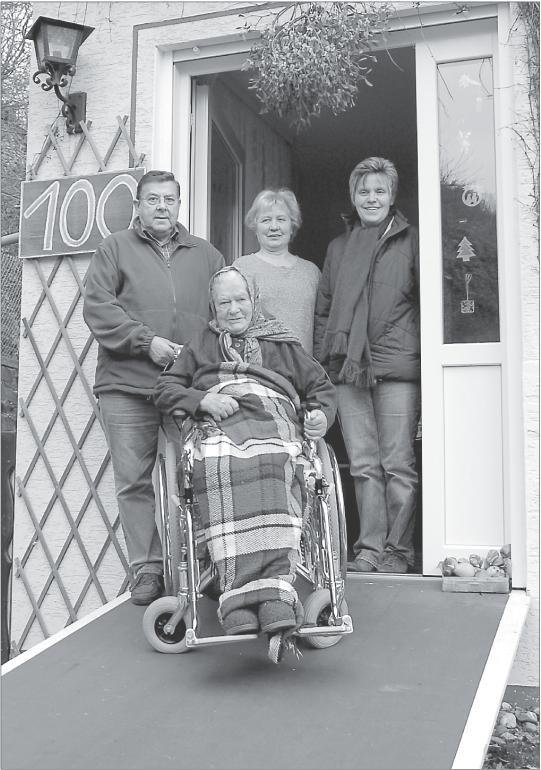 Foto von Auguste Meyer zusammen mit Irene und Wolfgang Hebel sowie Christa Klamp