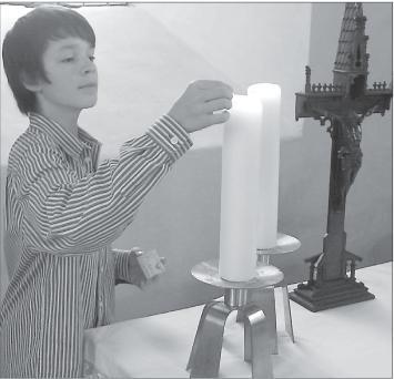 Foto von Marcel Diesler beim Anzünden der Kerze