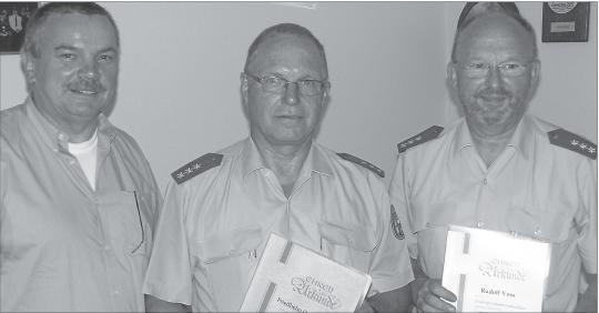 Achim Eggert (links), Vorsitzender der Gewerkschaft der Polizei, Bezirksgruppe Koblenz, Friedhelm Oppenhäuser (Mitte) und Rudolf Voss